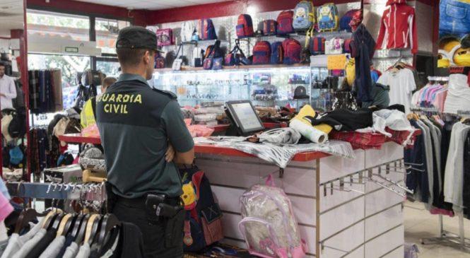 JONQUERA : Après 30 ans de commerce, les policiers s'aperçoivent enfin que tout le monde vend de la contre-façon.