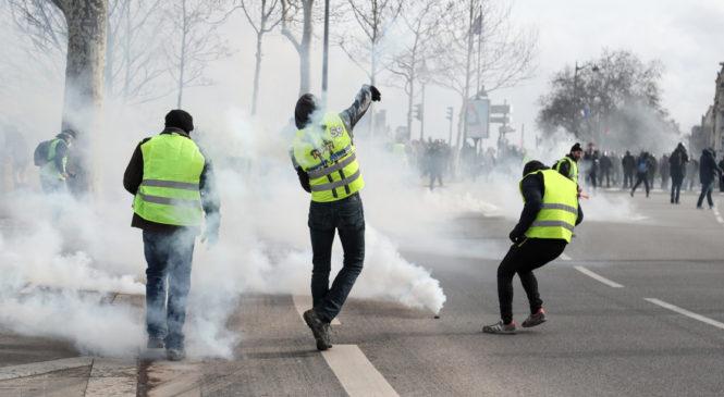 PARIS : Un gilet jaune et une policière se marient après une grenade mal lancée
